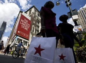 Shoppers carrying bags cross Broadway near Macy's in New York (Photo: Jeremy Bales-Bloomberg News, August 9, 2008)